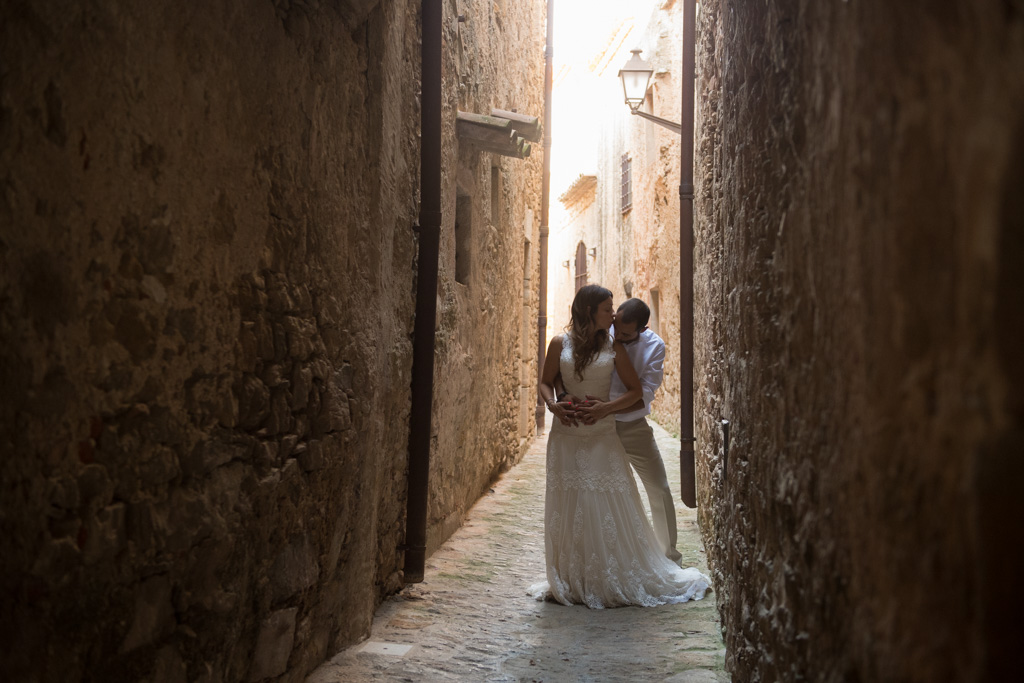 fotografo-postboda-trash-the-dress-peratallada-girona-funsessions-034.jpg